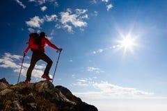 Οδοιπόρος που στηρίζεται στην κορυφή Στοκ Εικόνες