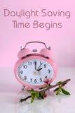 夏令时时间开始开始的时钟概念在春天从文本 免版税库存照片
