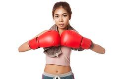 有红色拳击手套的亚裔亭亭玉立的女孩 免版税库存照片