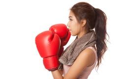 有红色拳击手套的亚裔亭亭玉立的女孩 图库摄影