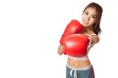 与红色拳击手套的亚洲亭亭玉立的女孩拳打 库存照片