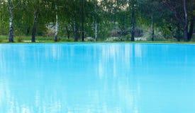 室外游泳池视图 免版税库存照片