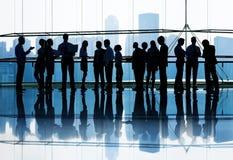 大小组商人见面 免版税库存图片