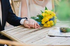 新娘和新郎可爱的场面  免版税库存图片