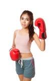 有红色拳击手套的亚裔亭亭玉立的女孩 库存照片