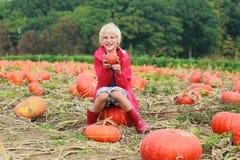 Счастливый мальчик играя на поле тыквы Стоковые Фотографии RF