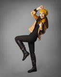 妇女时尚秀丽画象,秋天季节布料的式样女孩 库存照片