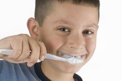 男孩清洗牙 免版税库存图片
