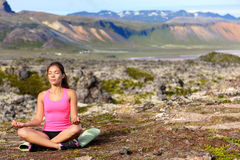 凝思的思考的瑜伽妇女本质上 免版税库存图片