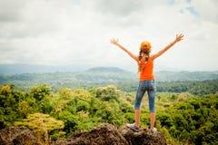 站立在山上面的少年 免版税库存照片
