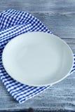在餐巾的空的板材 免版税库存照片
