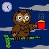 猫头鹰饮用的咖啡,并且不可能睡觉 免版税库存图片