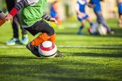 孩子的橄榄球训练 图库摄影
