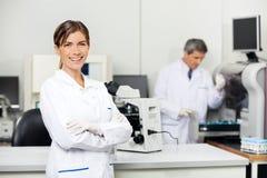 微笑的女性科学家在实验室 免版税库存图片