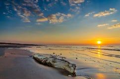 波罗的海在里加附近的日落海岸线 免版税库存照片