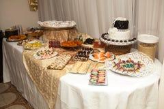 在婚礼或事件党的典雅的甜桌 免版税库存图片