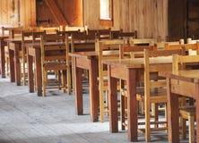 Деревянные таблицы и стулы Стоковые Фотографии RF