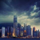 在多暴风雨的天气-惊人的大气的香港都市风景 库存图片