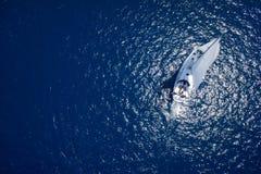 乘快艇航行的惊人的看法在公海大风天 寄生虫视图-鸟眼睛角度 库存图片