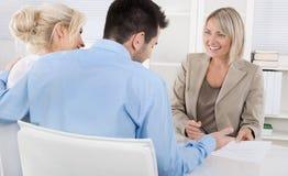 年轻夫妇在与一位银行家或顾问的一个日期退休的a 免版税库存图片