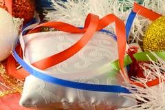 新年邀请卡片,与红色丝带的圣诞卡 免版税库存图片