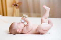 从瓶的婴孩饮用水 免版税库存照片