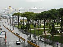 在街道上的多雨早晨秋天在那不勒斯 免版税图库摄影