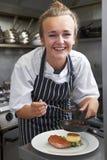 Εκπαιδευόμενος αρχιμάγειρας που εργάζεται στην κουζίνα εστιατορίων Στοκ εικόνα με δικαίωμα ελεύθερης χρήσης