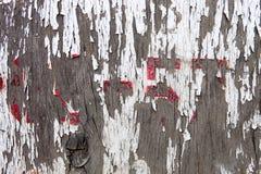 与破裂的油油漆遗骸的老木表面  库存图片