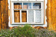 Χαρασμένο παράθυρο στο παλαιό ρωσικό εξοχικό σπίτι Στοκ εικόνες με δικαίωμα ελεύθερης χρήσης