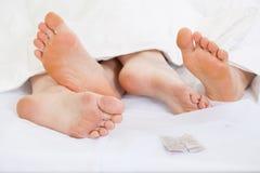愉快的夫妇的脚 免版税库存照片