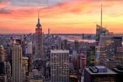 Центр города Нью-Йорка с Эмпайром Стейтом Билдингом на изумительном заходе солнца Стоковое Изображение RF