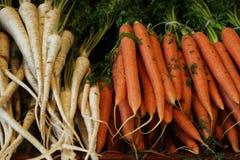 新鲜和有机生物红萝卜在市场上 免版税库存照片