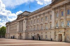 白金汉宫英国女王伊丽莎白二世官邸和一个主要旅游目的地 免版税库存照片