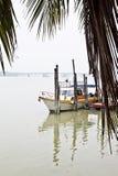 近小船在船坞旁边 免版税库存照片