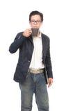 喝在咖啡杯杯子的年轻亚裔人画象热的饮料 图库摄影