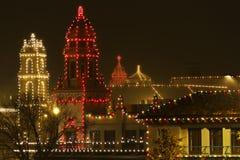 在广场的圣诞灯在多雨夜 免版税库存图片