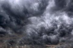 与黑暗的云彩的多雨天空 免版税库存照片