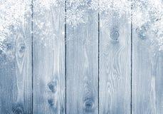 与雪的蓝色木纹理 免版税库存图片