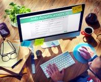 申请在互联网上的一个工作的人 免版税库存照片