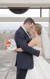 新娘和新郎在城市 免版税库存照片