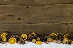 自然圣诞节装饰用桔子、坚果和冷杉球果 库存图片