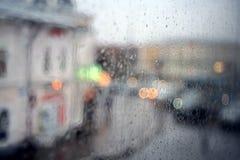 窗口雨被弄脏的城市 库存图片