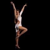 执行拉丁美州的舞蹈的少妇充满激情 免版税库存照片