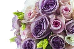 在白色隔绝的婚姻的玫瑰色花束 免版税库存图片