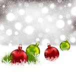 圣诞节与五颜六色的玻璃球的冬天背景 免版税图库摄影