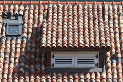 天窗在瓦屋顶关闭了,水平 免版税库存图片