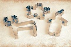 Подкрашиванные резцы печенья изображения на таблице с мукой Стоковые Фото