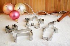 Резцы печенья и украшения рождественской елки на таблице Стоковое Изображение