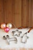 Резцы печенья и украшения рождественской елки на таблице Стоковая Фотография